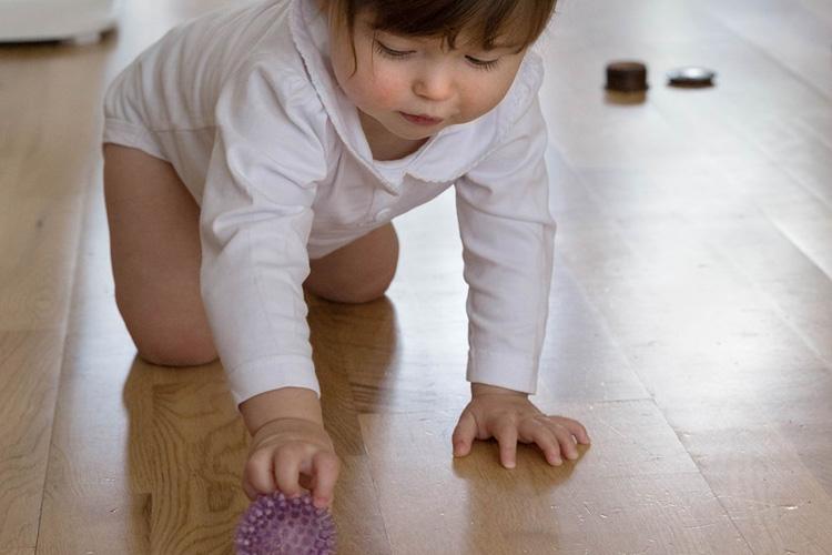 Crawling pushing ball